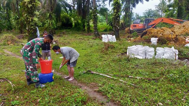 Tetap Semangat Walau Cuaca Mendung Personel Jajaran Kodim 0207/Simalungun Laksanakan PRa TMMD Ke-112