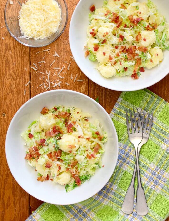 La ensalada de coliflor, lechuga y bacon, puede servirse como acompañante de alguna comida o tomarse sola como una comida liviana