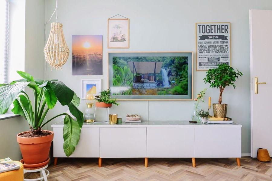 Skandynawski apartament z arabskimi akcentami, wystrój wnętrz, wnętrza, urządzanie domu, dekoracje wnętrz, aranżacja wnętrz, inspiracje wnętrz,interior design , dom i wnętrze, aranżacja mieszkania, modne wnętrza, styl skandynawski, scandinavian style, otwarta przestrzeń, open space, salon, living room, pokój dzienny, szafka rtv,