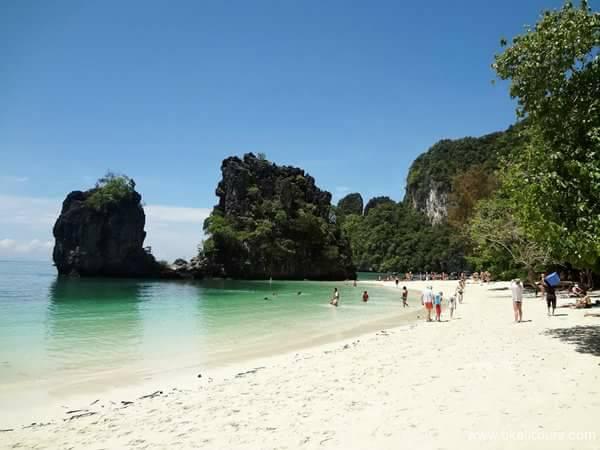 หาดทรายขาวนับว่าชายทรายแรกของเกาะช้างฝั่งตะวันตก