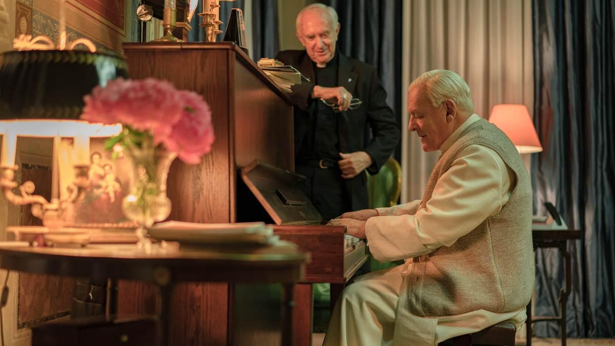 Paus Benediktus - Kardinal Bergoglio saat bermain piano