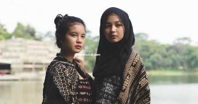 Dua orang wanita yang mengenakan tenun khas Pulau Sabu