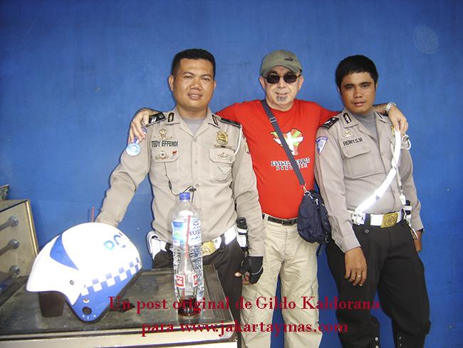Con policías en Yakarta