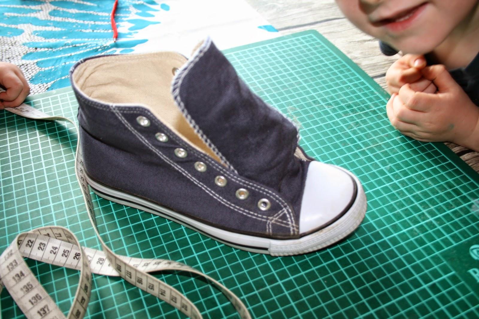 7028ec5639f0 1 Paar Canvas Schuhe Schere 1 Blatt Papier  Stift Baumwollstoff Maßband  Textilkleber Nähmaschine und los geht s