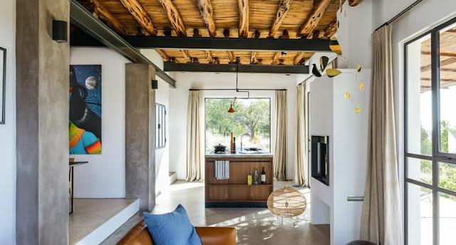 Μια αποθήκη 100 χρόνων στην Ίμπιζα μετατράπηκε σε μια απίστευτη κατοικία