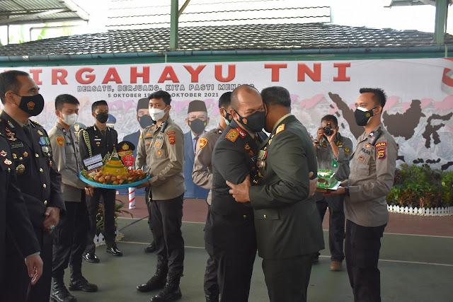 HUT TNI Ke-76, Kapolda Jambi beri Kejutan kue ulang tahun kepada Danrem 042/GAPU