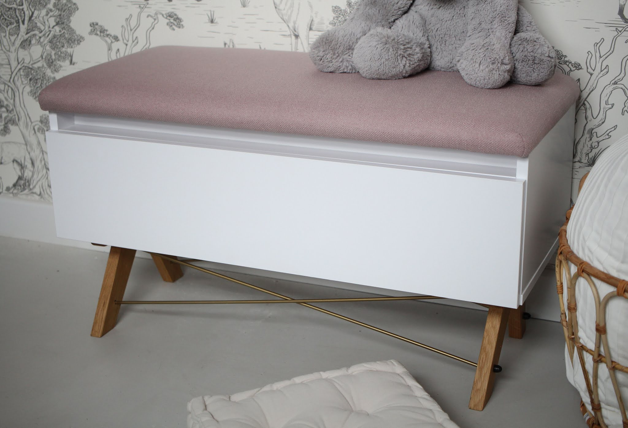 Storage chest bench for bedroom