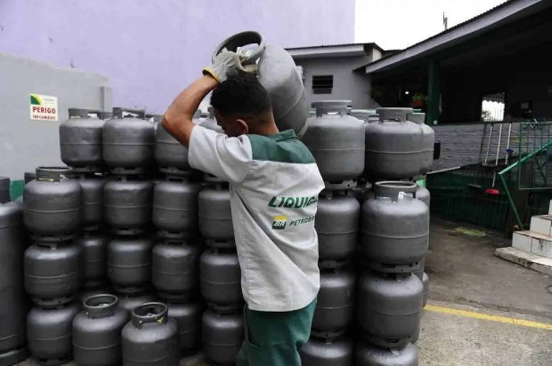 Petrobras anuncia aumento de 5% no valor do gás de cozinha