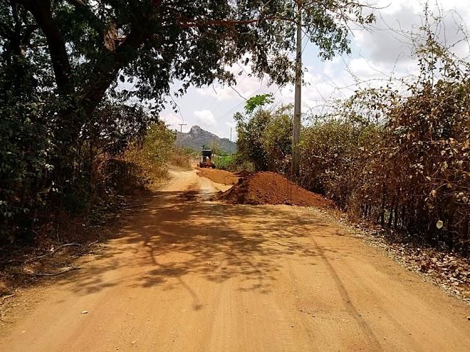Estrada vicinal Rafael Arruda a Cacimbas está sendo recuperada pela Prefeitura de Cariré-CE