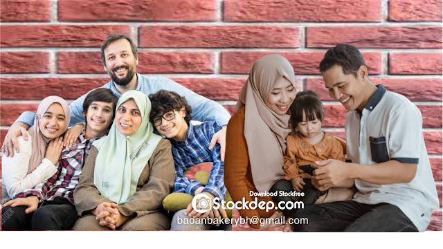 Happy Muslim family portrait on free vector