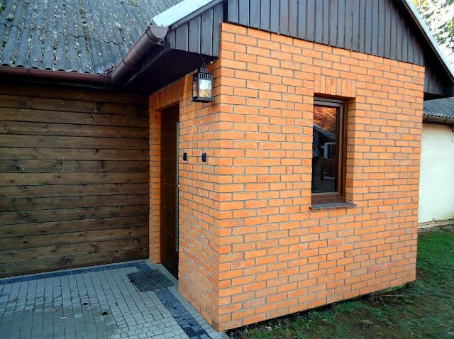 Wejście do rustykalnego domu - ceglany ganek