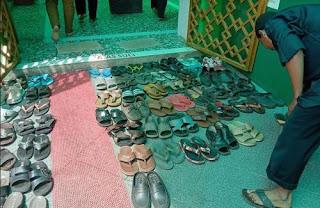 contoh perbuatan baik di masjid