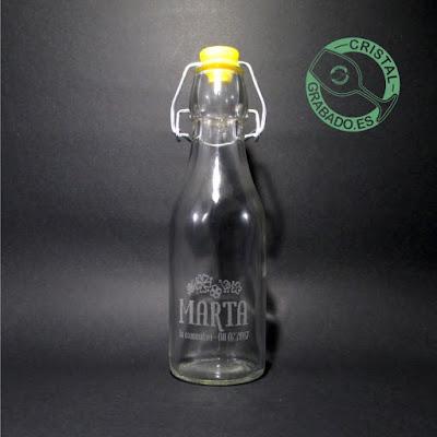 Botella de cristal personalizada mediante grabado láser con diseño de comunión