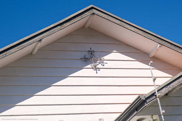 Casa com ornamentos de ferro - detalhe de um deles