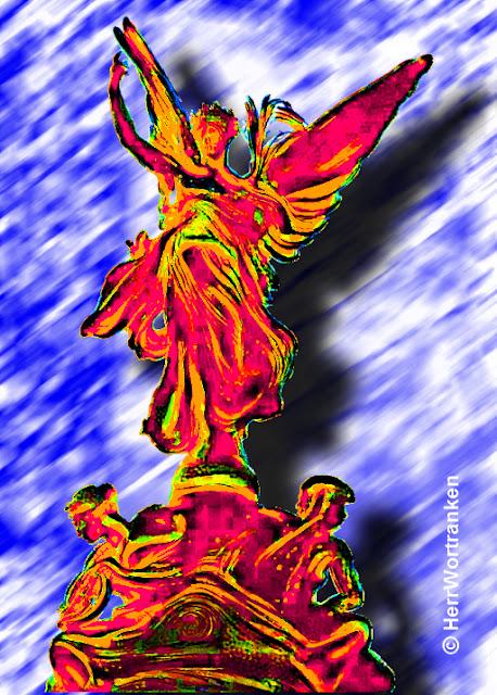 Drei Grazien. Hintergrund in blauen unscharfen Schrägstreifen unterschiedlicher Stärke. Vordergrund in lila und Gold, drei weibliche himmlische Wesen. Die Obere steht mit rechtem, nach oben weisenden Arm und ausgebreiteten Flügeln frontal, erhöht auf einem Postament, das von zwei weiteren weiblichen Wesen, sitzend im Profil, jeweils nach links und rechts schauend begleitet wird. Die Darstellung wirft einen Schattenriss auf den blauen Hintergrund, so, das eine Art Räumlichkeit entsteht.