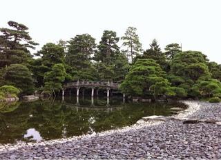 il piccolo ponte si riflette nello stagno