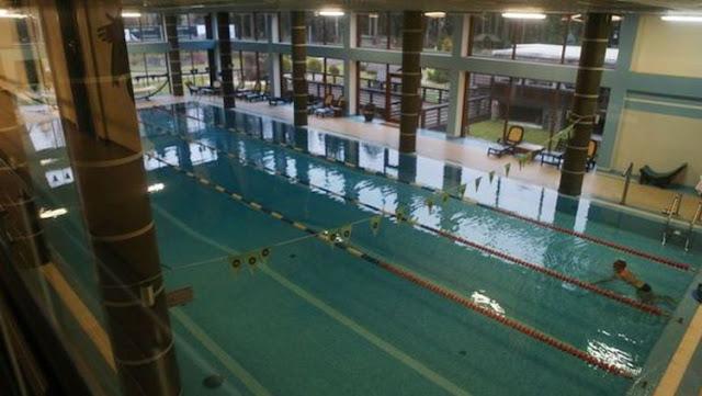 Kolam renang di dalam hotel ForRestMix yang membentang sepanjang 25 meter