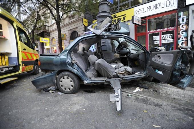 Tragédia a Károly körúton, egy 17 éves fiú halt meg autóbalesetben