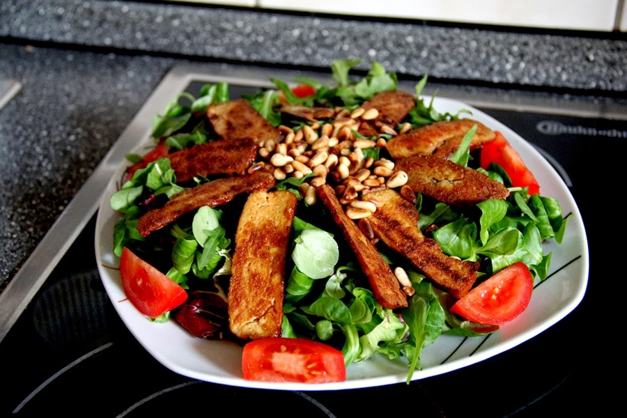 vegan salat tofu green leaves tomate