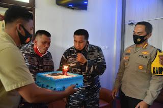 Kapolresta Cirebon Beri Kejutan Danlanal Cirebon HUT ke-75 TNI AL
