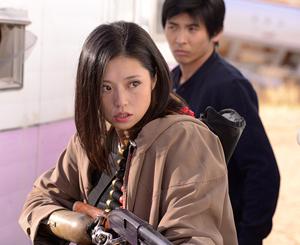 chica con escopeta