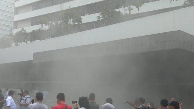 Asap Tebal Selimuti Gedung Nusantara III DPR RI