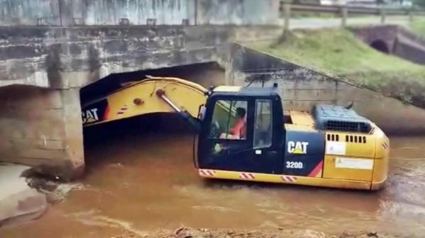 limpeza de canal com escavadeira cat 320d
