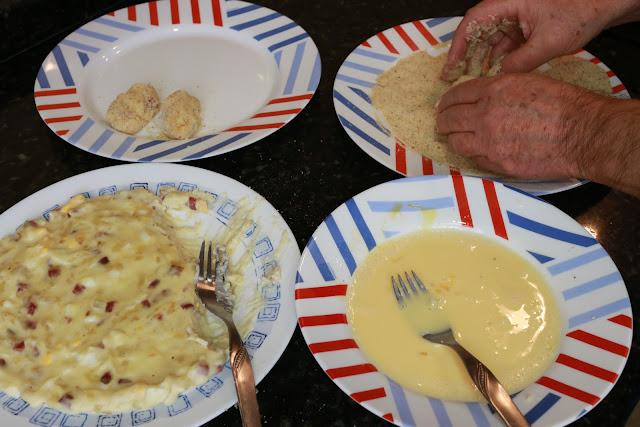 Preparación de croquetas de jamón y huevo duro