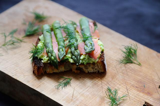 bruschetta , pain levain , saumon fumé , avocat , asperges