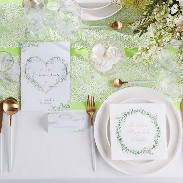 Zielone dekoracje na stół komunijny z konwaliami