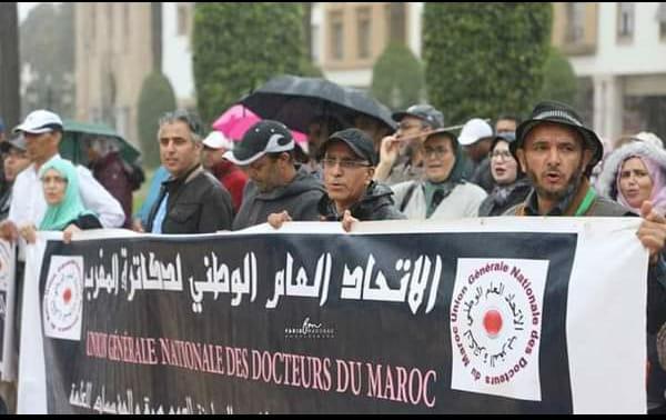 الدكاترة يضربون بجميع المؤسسات الحكومية ويعتصمون أمام مقر وزارة التعليم العالي