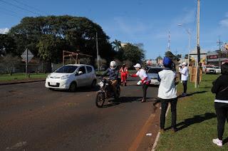 Un grupo de voluntarios de la comisión de Mujeres de la Cámara de Empresarios de Ciudad del Este (CECDE) realizan campaña de educación en la rotonda del Área 1, entregando folletos informativos sobre las reglas de tránsito a conductores de motocicletas y automóviles que circulan por este lugar.
