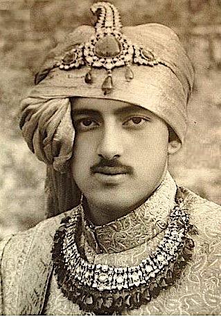 Raja Rajendra Singh portant un  Pagari orné en 1950 Photographe anonyme