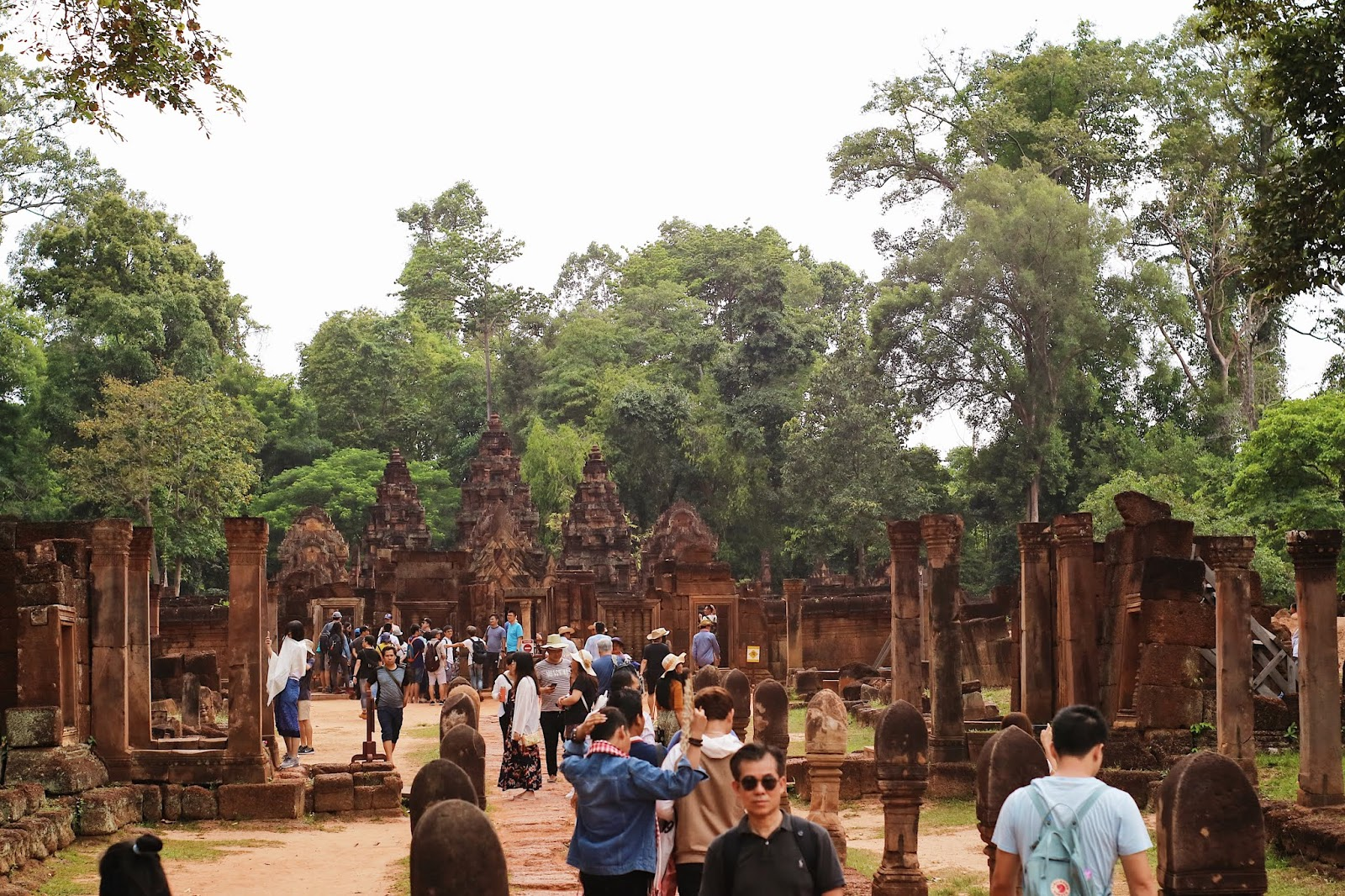 People inside Banteay Srei