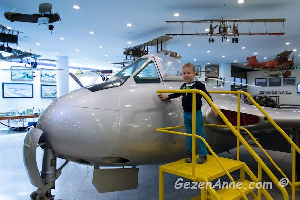 planörler ve model uçaklar arasında dolaşan oğlum, Lengerhane binası Rahmi Koç Müzesi İstanbul