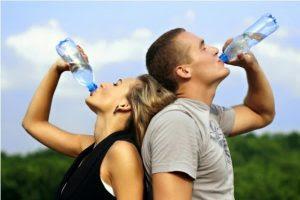 Bahaya Kesehatan Minum Sambil Berdiri