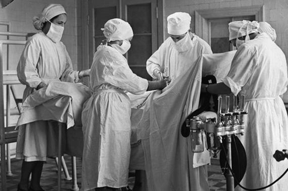 Почему врачи носят халаты именно БЕЛОГО цвета? Никогда бы не подумал…