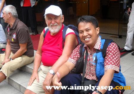 Bersama salah seorang turis berkebangsaan Inggris saat trip di Kuala Lumpur, Malaysia tanggal 16-17 November 2009 yang lalu.  Foto dokumen pribadi