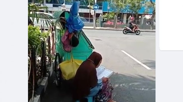 Khusyuk Baca Al Quran di Pinggir Jalan, Nenek Pedagang Kaki Lima Bikin Netizen Terenyuh