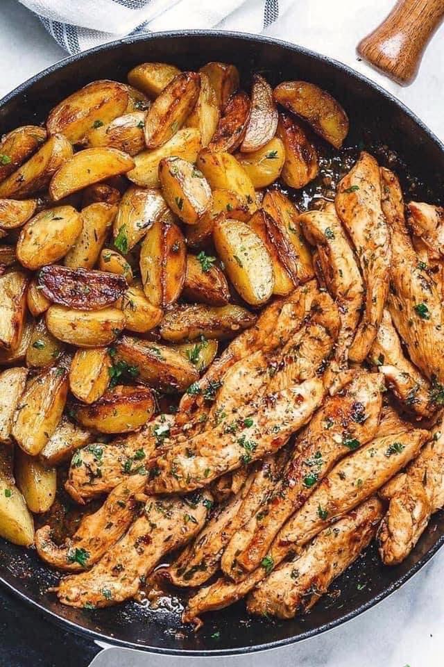 طاسة الدجاج والبطاطس بالزبدة والثوم