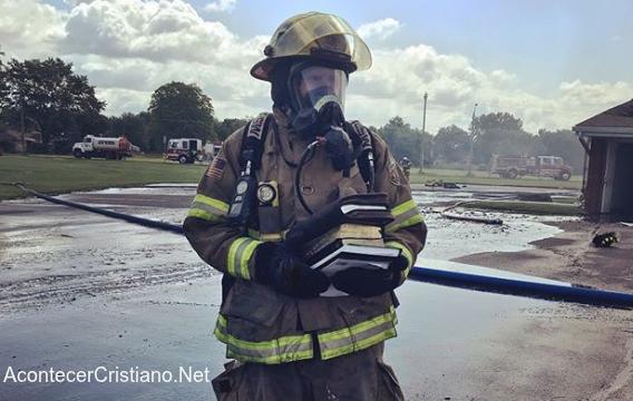 Bombero con Biblias tras incendio de iglesia.