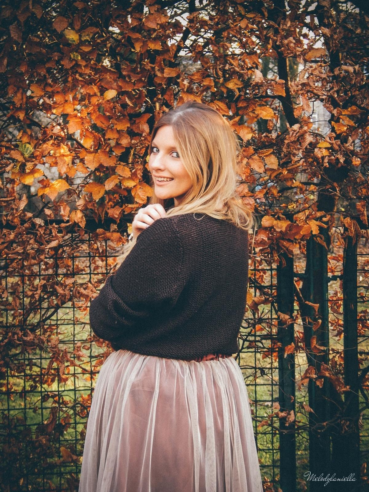 2. jesienna stylizacja tutu tiulowa spódnica dla dorosłych brązowy sweter torebka manzana melodylaniella autumn style fashion ciekawa stylizacja na jesień brązowa spódnica.jpg tiul