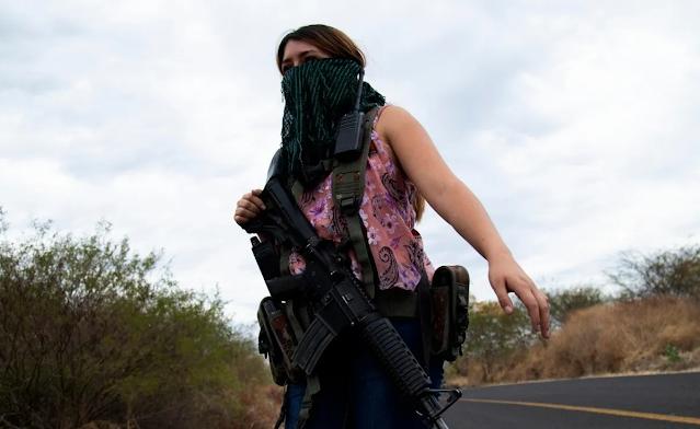 Con armas de grueso calibre en manos, Mujeres embarazadas se enfrentan a El CJNG en Michoacán
