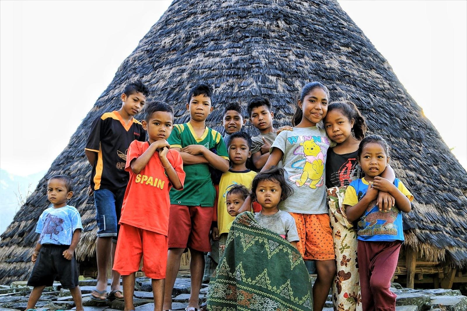 Anak-anak Waerebo dikumpulkan untuk dibagikan buku-buku dan mainan