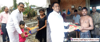 Badlapur (Badlapur Development Media) - Due to torrential rains, the city of Badlapur has suffered two conditions in one year. In Badalpur Sonivali and Yadav Nagar area, flood water has also damaged many homes and belongings. BJP corporator Hemant Chatur has distributed blankets to the victims in Sonivali Yadav Nagar area, asking them to get out of this difficult situation. BJP on behalf of Badlapur city is distributing blanket sheets to BJP corporators and ex-corporators in various divisions. As well as conducting guidance and surveys to seek help from the government, corporator Hemant Chature, while distributing the sheets to the elders of his ward, is taking full knowledge of the damage caused by the flood water in the residents' houses and has been working with his cadres. Hemant Chature had also distributed food tankers and drinking water tankers to the flood victims in the torrential rains. Gajanan Chatur, along with Hemant Chature, assisted him. Praniti Hemant Chature and BJP workers were present.