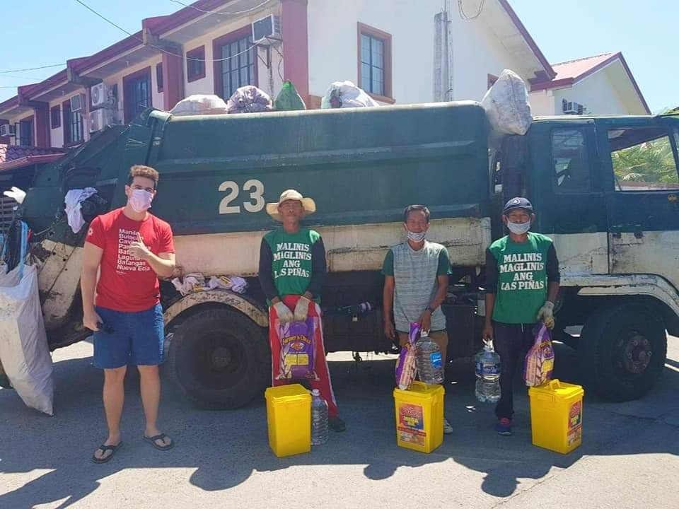 The Hungry Syrian Wanderer surprises garbage collectors with groceries