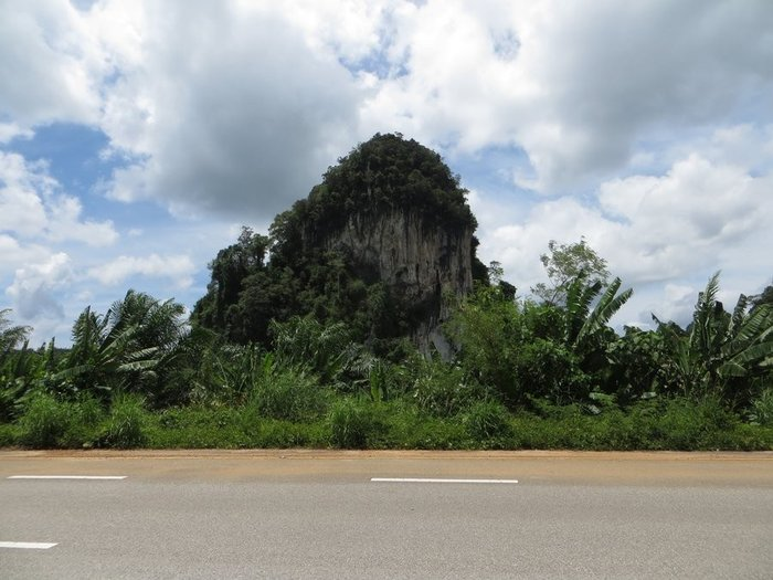 Высокая гора рядом с дорогой