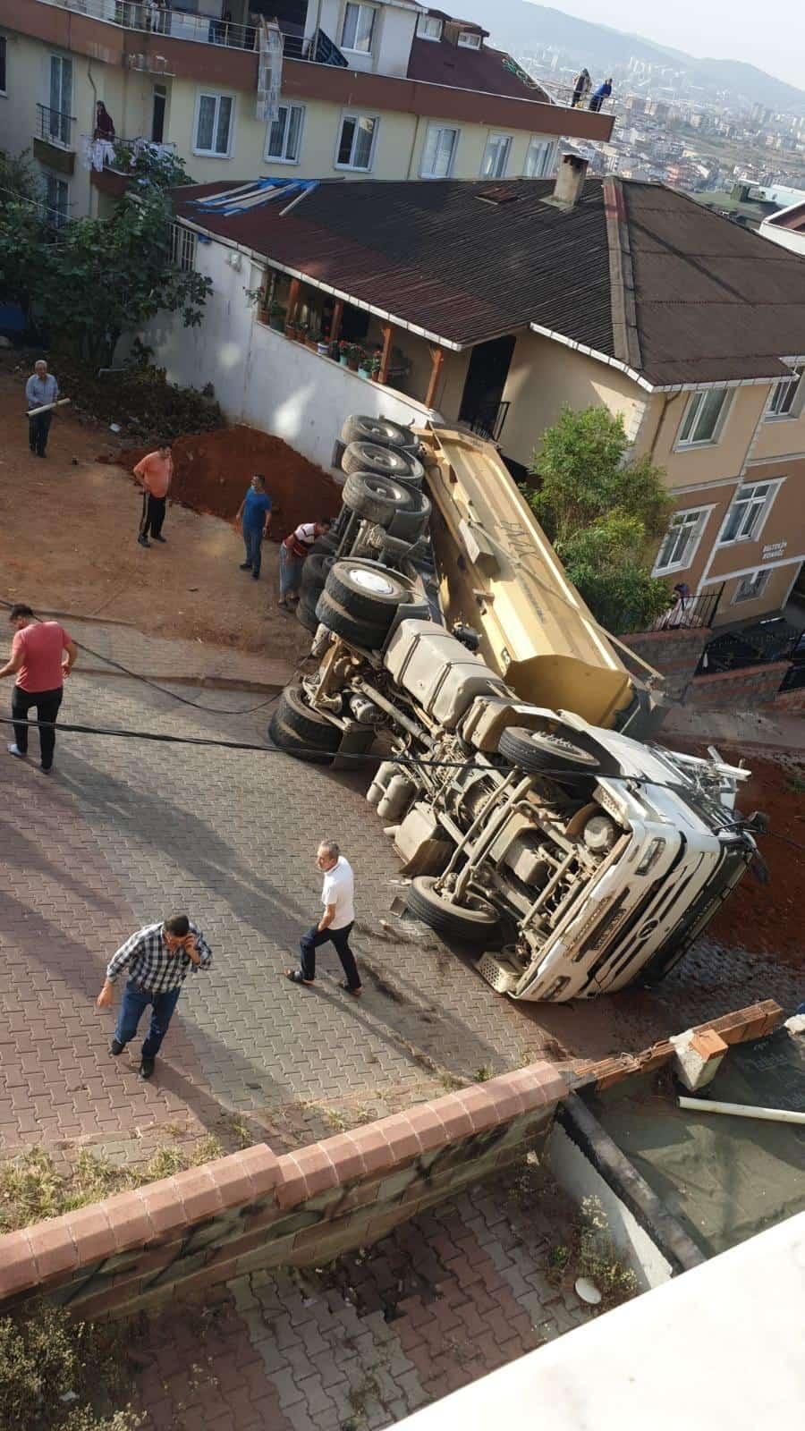 Toprak dökümü yapan kamyon devrildi