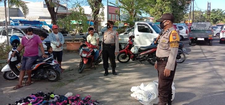 Kapolsek Pattallassang, Lakukan Patroli Di Pasar Dengan Memberikan Imbauan Para Warga Tetap Memakai Masker