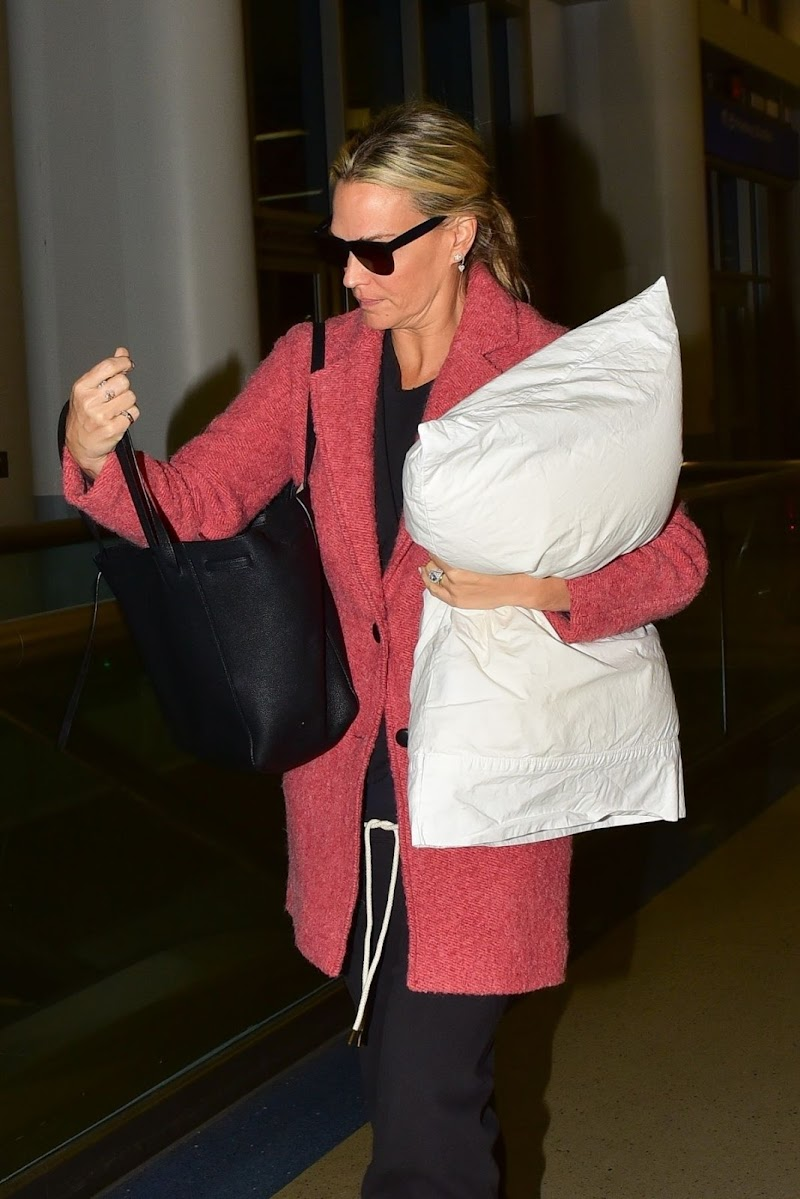 Molly Sims Clicks at LAX Airport in Los Angeles 15 Dec-2019